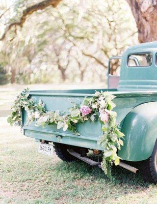 Dekoracja samochodu do ślubu rustykalna
