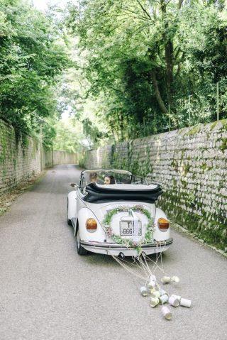 Dekoracja samochodu do ślubu z puszkami