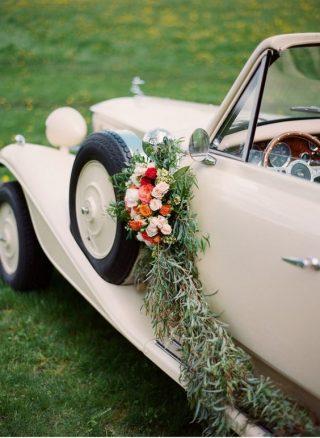 Dekoracja samochodu do ślubu po bokach