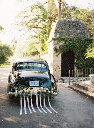 Dekoracja samochodu do ślubu wstęgi