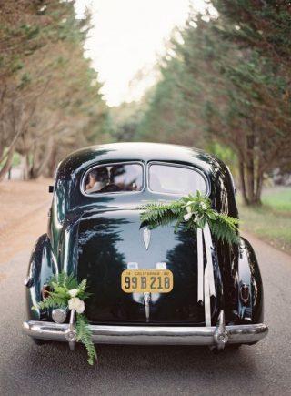 Dekoracja czarnego samochodu do ślubu