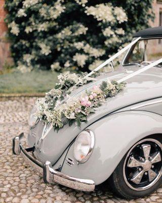 Dekoracja szarego samochodu do ślubu