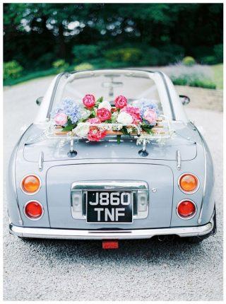 Dekoracja błękitnego samochodu do ślubu