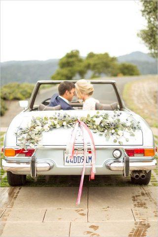Dekoracja starego samochodu do ślubu