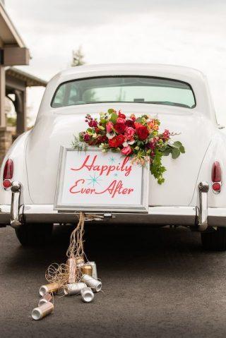 Dekoracja białego samochodu do ślubu