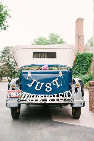 Dekoracja samochodu retro do ślubu