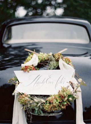 Piękne dekoracje samochodu do ślubu