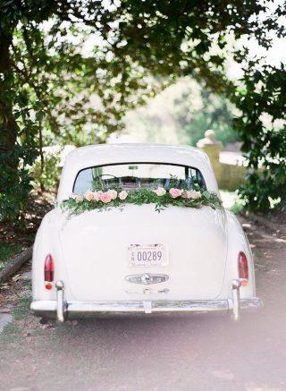 Prosta dekoracja samochodu do ślubu