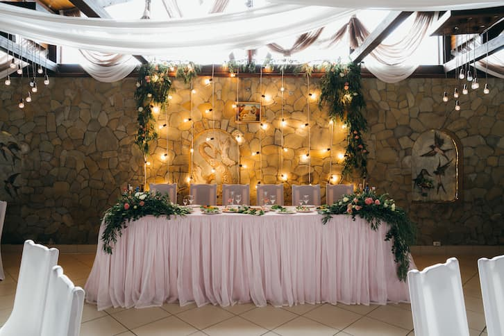 rustykalne wesele stół młoda para