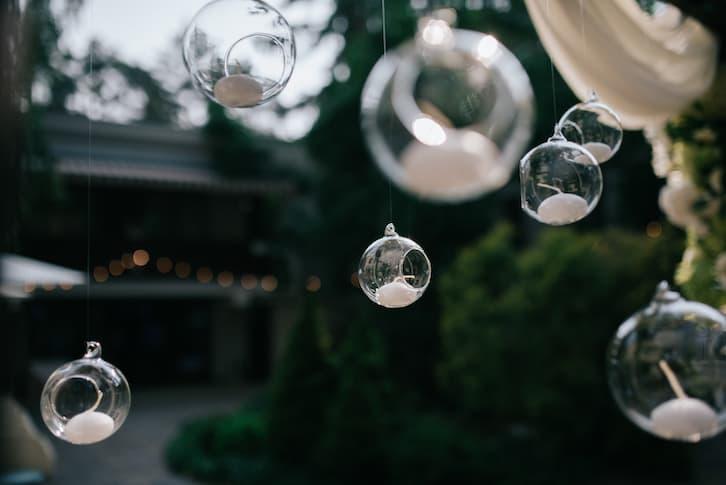 świeczki szklane kule dekoracje wesele