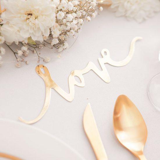Dekoracje weselne w bieli i złocie - napis love