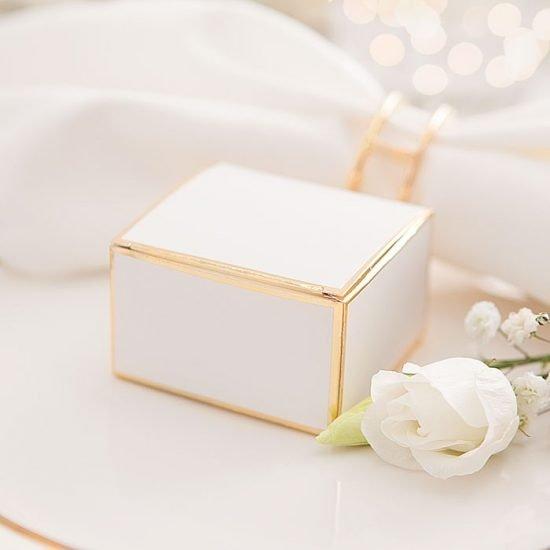 Dekoracje weselne w bieli i złocie - pudełko na upominek