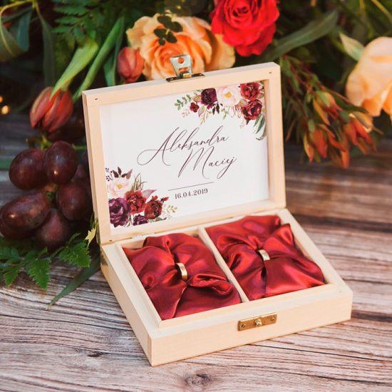 Bordowe dekoracje weselne - pudełko na obrączki