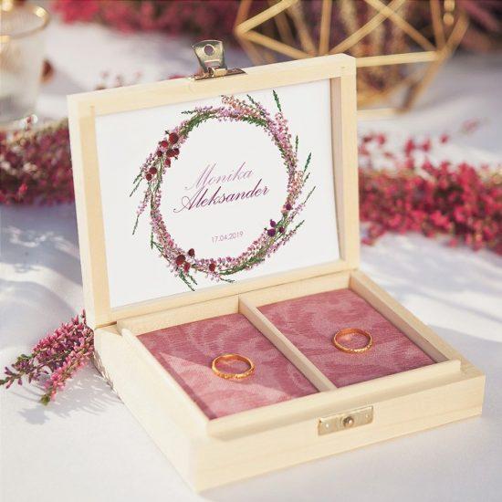 Dekoracje weselne z wrzosami - pudełko na obrączki