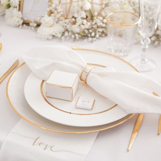 Dekoracje weselne w bieli i złocie - stół