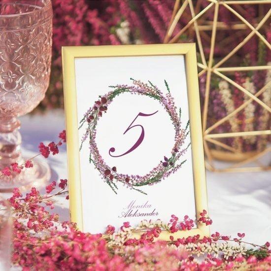 Dekoracje weselne z wrzosami - numery stołów