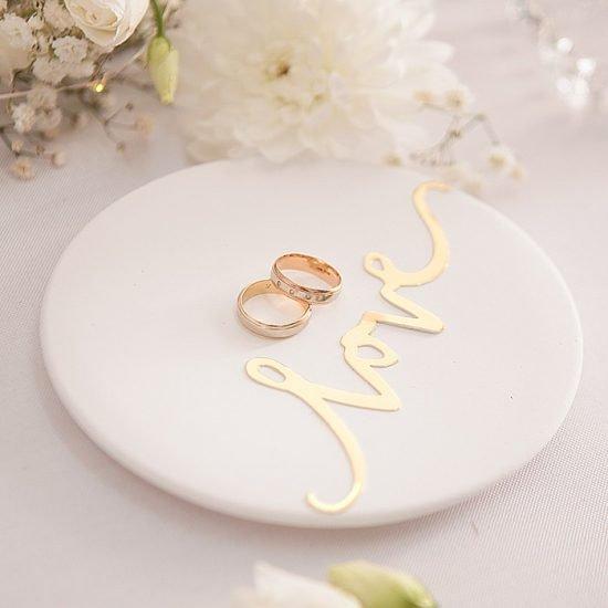 Dekoracje weselne w bieli i złocie - obrączki