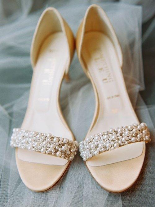 3981ee90541c26 Poniżej kilka przykładów delikatnych i eleganckich ślubnych sandałków.