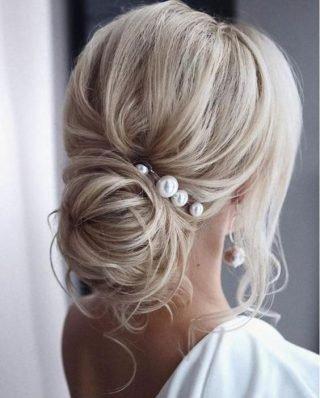 fryzura ślubna z perłami