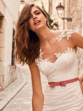 suknia ślubna z kolorowym paskiem
