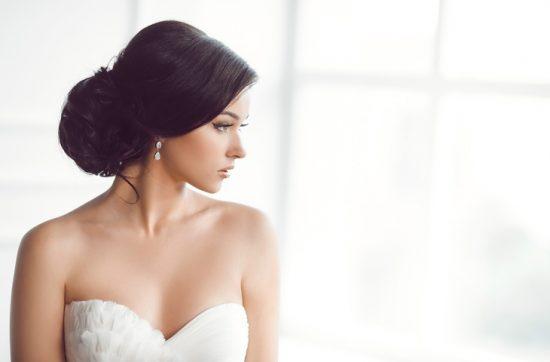 Fryzura ślubna zakrywająca odstające uszy