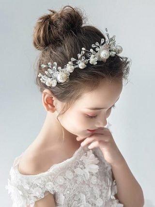 Fryzury na wesele dla dziewczynek - kok z opaską