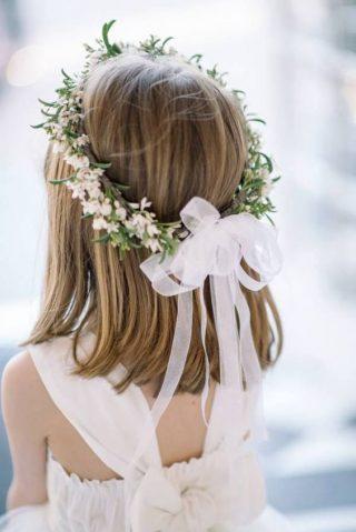 Fryzury na wesele dla dziewczynek - proste, krótkie włosy