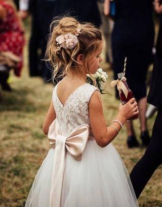 Fryzury na wesele dla dziewczynek – luźno upięte