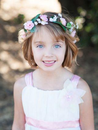 Fryzury na wesele dla dziewczynek - krótkie włosy