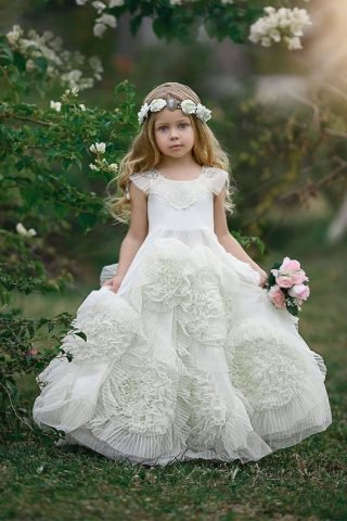 Fryzury na wesele dla dziewczynek - luźne fale