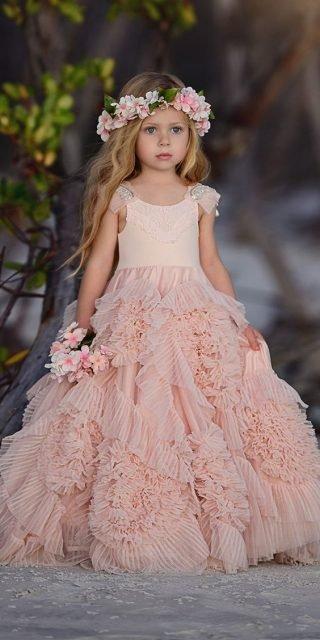 Fryzury na wesele dla dziewczynek - naturalne fale
