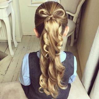 Fryzury na wesele dla dziewczynek - kokarda z włosów