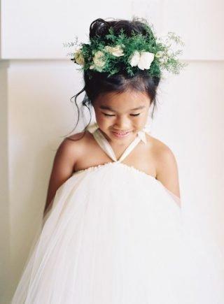 Fryzury na wesele dla dziewczynek - kok z wiankiem