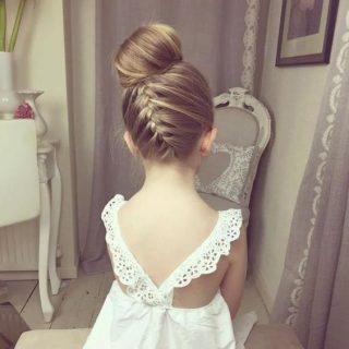 Fryzury na wesele dla dziewczynek - kok z warkoczem