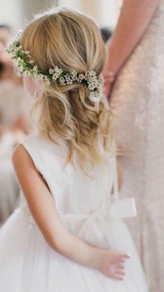 Fryzury na wesele dla dziewczynek - delikatne fale