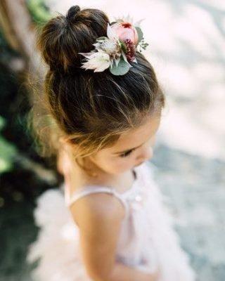 Fryzury na wesele dla dziewczynek - kok z kwiatem