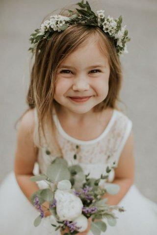 Fryzury na wesele dla dziewczynek - naturalne włosy