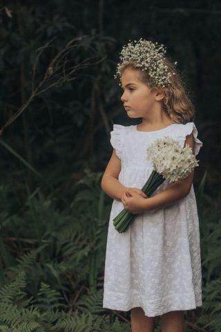 Fryzury na wesele dla dziewczynek - naturalnie poskręcane