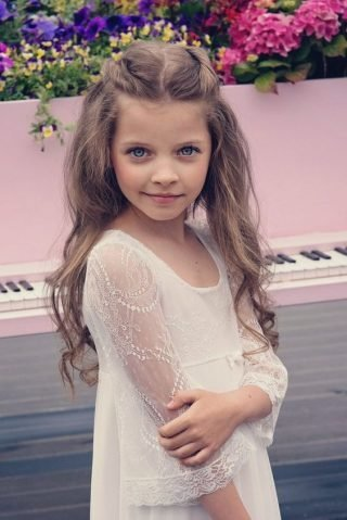 Fryzury na wesele dla dziewczynek - podpięte fale
