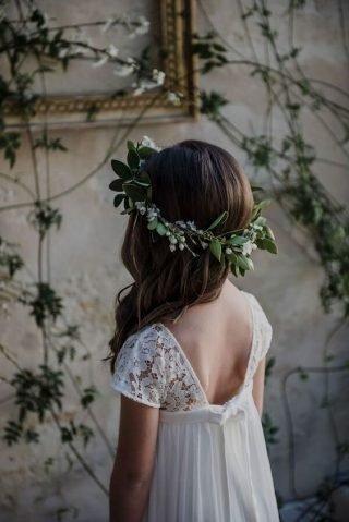 Fryzury na wesele dla dziewczynek - na bok