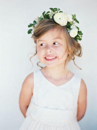 Fryzury na wesele dla dziewczynek - naturalne z wiankiem
