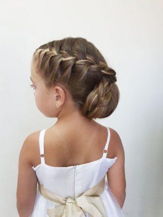Fryzury na wesele dla dziewczynek - warkocz z kokiem