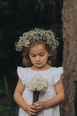 Fryzury na wesele dla dziewczynek - wianek z gipsówki