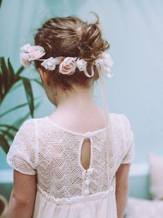 Fryzury na wesele dla dziewczynek - naturalne upięcie