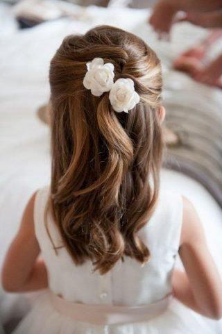 Fryzury na wesele dla dziewczynek – częściowo podpięte włosy
