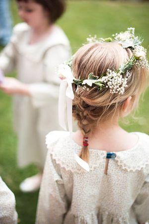Fryzury na wesele dla dziewczynek - luźny warkoczyk