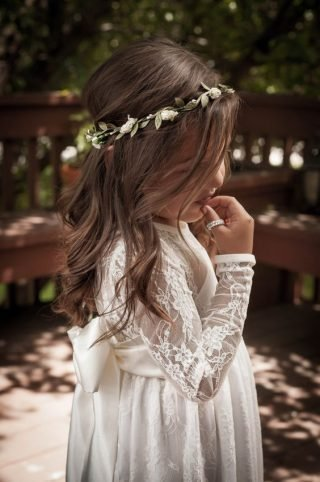 Fryzury na wesele dla dziewczynek - subtelne loki