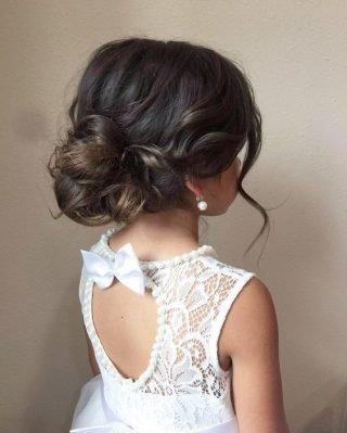 Fryzury na wesele dla dziewczynek – lekki kok