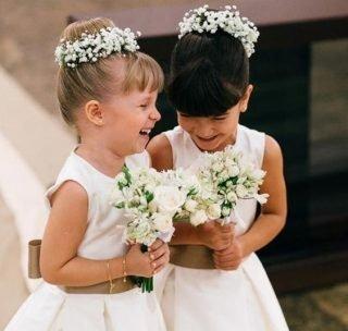 Fryzury na wesele dla dziewczynek - kok z kwiatkami