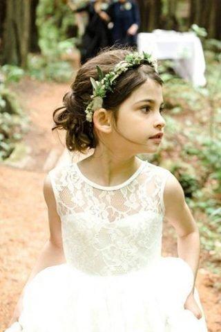 Fryzury na wesele dla dziewczynek – luźna stylizacja